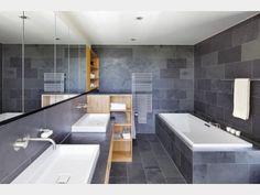 Dunkelgraue Fliesen in Verbindung mit hellen Holzmöbeln im Badezimmer erschaffen ein abwechslungsreiche, aber doch beruhigende Atmosphäre. Gefunden im #Bauhaus Kieffer auf haus-xxl.de