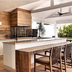 Bom diaaaaa!!!! Varanda gourmet, o destaque vai para a madeira de demolição, versátil e com um toque rústico que eu adoro!! #cool #arquitetura #gourmet #decor #madeirademolicao #madeira #wood #amazing #architecture #house #housedesign #architect #residence #criative #requinte #rústico #rustic #homedesign #instabest #instablogger #photo #project #archdaily #arquiteta #instadecor #decora #fabiarquiteta