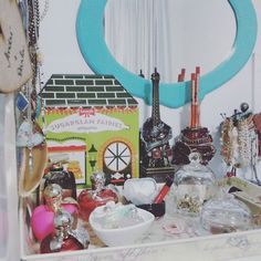 Da série 'Cantinhos da casinha que amo' 🏡 💕 : Uma amostrinha da minha penteadeira💄👩🌹 💕  #arte #decor #leveza #fofuras #cores #delicadezas #ninaricci #benefit #bijus #eifeltower #homesweethome #sucodenuvem #sonhos #diy #sephora #wonderland