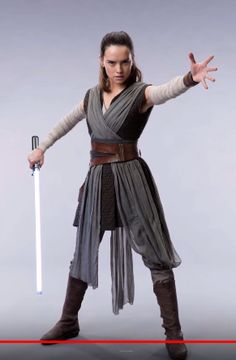 15 Pop-Culture Costumes You'll Want to Wear this Halloween Rey. Star Wars: The Last Jedi may not come out till December, but you don't have to wait till next Halloween to cosplay her new look. Love the new hair, Rey! Star Wars Rey, Star Wars Stormtrooper, Star Wars Dark, Darth Vader, Traje Jedi, Costume Jedi, Costume Star Wars, Rey Costume Diy, Costume Ideas