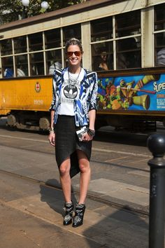 Love the graphic tee and the ikat printed jacket. Such a great combination! // Street style in Milan print mix, street style, graphic tees, ikat skirt, blue prints
