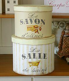 Liebevoll von Hand gefertigtes Boxen-Set im Vintage-Look zum Aufbewahren von Badutensilien und mehr oder einfach zum Schönstehen und Anschauen! Die Bo