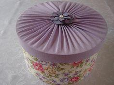 Caixa em mdf, forrada com tecido 100% algodão. Flor em corino.  Ideal para guardar encharpes, lenços, lingerie, meias etc.  A caixa por si só, já é um presente!...
