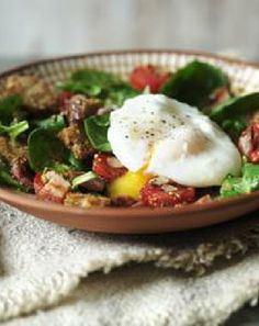Low FODMAP and Gluten Free - Bacon, egg and spinach salad with roasted tomatoes http://www.ibssano.com/bacon_egg_spinach.html