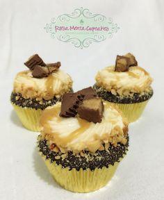 Cupcakes de Chocolate con Mini Resees, betún de queso crema, caramelo casero y mini resees arriba y anillo de cacahuate tostado!    #RosaMentaCupcakes #HorneadosConAmor