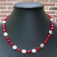 #halsketting van rode geslepen glas kralen met  vierkantige #metalenkralen tussen (48 cm) €13,50  #handgemaaktesieraden #sieraden #sieradensetje #setje