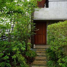 ワークス Modern Japanese Architecture, Garage Doors, Cabin, House Styles, Outdoor Decor, Green, Plants, Home Decor, Decoration Home