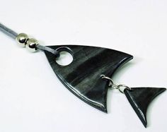 Long necklace in the shape of a fish, of their own design and made in the traditional way with polymer clay. After baking and using various techniques are you get a glossy finish. The Polymer Clay, has as its light weight, the collar despite the size is a very lightweight and