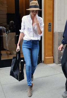 miranda-kerr-modelo-street-style-jeans-camisa-chapeu