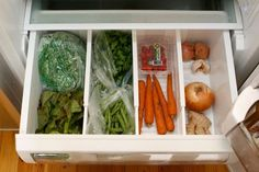 Organize your life photos) - Use dividers in the refrigerator vegetable bin to separate onions from carrots, etc Freezer Organization, Kitchen Organization, Organization Hacks, Pantry Organisation, Organizing Ideas, Kitchen Storage, Vegetable Drawer, Vegetable Bin, Fridge Drawers