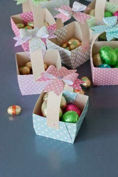 Des petits paniers pour accueillir les chocolats de P�ques..sur les bureaux de mes coll�gues! 11 � faire quand m�me..z'ont de la chance non