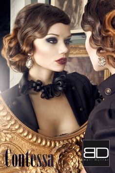 """Beni Durrer setzt mit kräftigen Farben den Make-up-Trend für die kalte Jahreszeit. Ein tiefes Schwarz umhüllt die Augen und lässt sie mit einem Hauch Mitternachtsblau geheimnisvoll funkeln. Nicht weniger dramtisch die Lippen in sinnlich, dunklen Rotvioletttönen. Das Make-up verleiht mit dunklen Tönen der Trägerin etwas Geheimnisvolles und betont ebenso perfekt wie ausdrucksstark Augen und Lippen gleichermaßen. Namensgeberin des Looks ist die dunkle, rotviolette Lippenfarbe """"Contessa""""."""