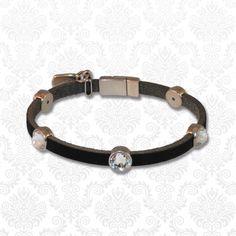 Deze strakke, maar toch sprankelende armbanden zijn vervaardigd uit zeer hoge kwaliteit leren bandjes met DQ metalen materialen en Swarovski elements steentjes.