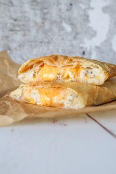 Butterdejsstang Med Cremet Tunsalat Og Ost - Butterdej Med Tun Og Ost First Kitchen, Wrap Sandwiches, Feta, Camembert Cheese, Cheddar, Recipies, Food And Drink, Cheesecake, Toast