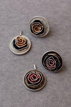 Anhänger und Ringe aus Nespressokapseln in braun und weiß, mit Roden aus Nespresso Kapseln.