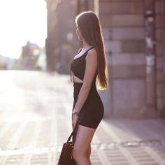 Czarna skórzana kurtka, szara sukienka, czarne rajstopy i wygodne botki na słupku