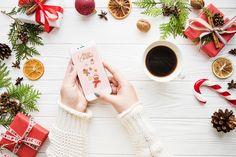C'est maintenant au tour du fond d'écran du mois de Décembre de faire son entrer sur le blog ! ♥L'hiver est l'invité d'honneur, et oui, car l'hiver c'est la meilleur saison de tous les temps ! Cette année ci, mes jolies fonds d'écran s'accompagne de gourmandises et de la célèbre chanson« Let is Snow » . J'espère qu'ils vous accompagneront pendant vos virées shopping, vos chocolats chaud et vos journées dans le canapé. Je vous souhaite de passer un beau mois de Décembre et profitez de vos…