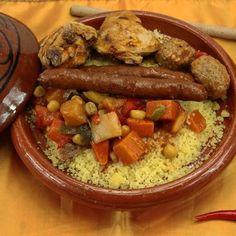 Couscous royal facile et rapide – Ingrédients de la recette : 800 g de collier de mouton huit morceaux. , 8 merguez, 1 gros oignon, 4 tomates, 3 navets
