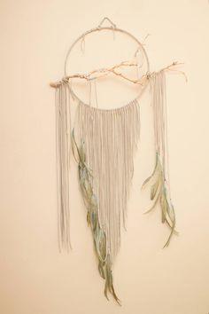 """Branche Dreamcatcher, Quetzal - 14"""", grand, gris blanc Cerqueira, des plumes verts bleus glacials, wall art, cristal de quartz, cuir"""
