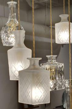 Use garrafas para montar um lustre, reciclagem na decoração