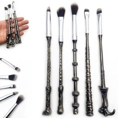 This Metal Wand Magic Brush Set is perfect for working your magic on your face. Inspired by the Harry Potter series this makeup brush set.Get the magically look with these brushes! Makes the perfect gift for every potter head. Hurry, before it is gone! Wand Makeup Brushes, Makeup Brush Set, Makeup Tools, Eyeshadow Brushes, Makeup Tutorials, Harry Potter Make-up, Harry Potter Brushes, Harry Potter Makeup Palette, Maquillaje Harry Potter