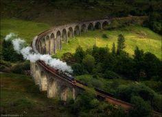 © Daniel Korzhonov  Хогвартс-экспресс — поезд, предназначенный для доставки студентов Хогвартса к месту учёбы и обратно.  Источник: http://www.adme.ru/puteshestviya/hochu-v-shotlandiyu-704010/ © AdMe.ru