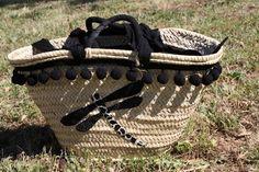Customizando capazos de palma, o bolsos de verano Beautiful Handbags, Summer Bags, Party Bags, Summer Of Love, Handicraft, Gladiator Sandals, Clutch Bag, Straw Bag, Diy