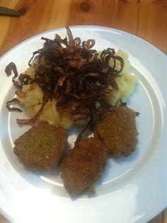 Falafel mit Püree und geröstetem Zwiebel. Eine fertige Falafelmischung bekommst Du in jedem Laden.  Achte auf Bio oder Demeter Qualität!