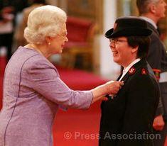 Die Heilsarmee-Kapitänin Tracey Palmer wird von Queen Elizabeth II ein britischer Verdienstorden verliehen für ihren Einsatz im Rahmen der Fluthilfe.