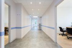 Architecture – Cabinet médical par l'Agence 19 DEGRES à Rennes, Caroline Ablain Photographe. Couloir, ligne de peinture bleue