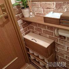 女性で、のセリア/簡単DIY/廃材も利用/100均DIY/バス/トイレについてのインテリア実例を紹介。「前にダイソーの板だけで作ったトイレの棚に生理用品や見せたくないものを入れる蓋付きの木箱を作りました(öᴗ<๑) 」(この写真は 2016-10-15 12:19:35 に共有されました)