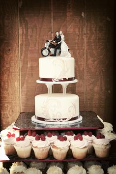 Cupcakes and Cake? What a fun mix! Photo by Heidi S. #minneapolisweddingphotographers