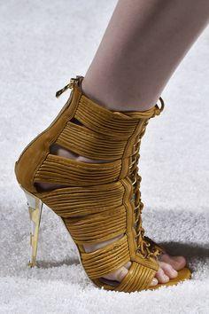 Punta sul sandalo afro style color mastice e abbinalo con un jeans tubolare, camicia bianca e tracolla con inserti etno.Balmain  -cosmopolitan.it