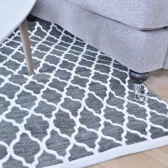 Så snygg matta i grått med vitt mönster.