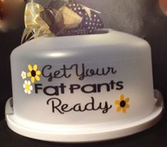 Personalized Cake Carrier - Get Your Fants Pants Ready - TDY Designs Cricut Cake, Cricut Vinyl, Vinyl Decals, Silhouette Vinyl, Silhouette Cameo Projects, Silhouette Machine, Vinyl Crafts, Vinyl Projects, Craft Projects