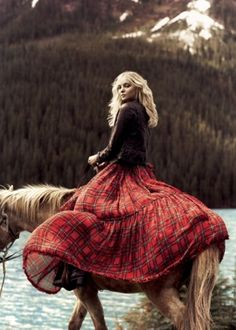 Plaid is my go-to for Christmas. I like to keep it simple, and that's what Tartan Plaid gives me. The Tartan Plaid fabrics bring an ins. Mode Tartan, Tartan Plaid, Tartan Dress, Fall Plaid, Street Look, Foto Fashion, Wild Fashion, Horse Fashion, Fashion 2014