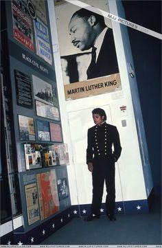 Michael Jackson - Michael Jackson Pictures # 4: Who wears gold pants? MJ wears gold pants! - Page 19 - Fan Forum