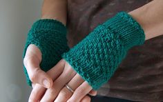 Another pair! I know, i'm obsessed by handwarmers..but i really love them! These are in a beautiful emerald green Merinos extrafine wool, so...