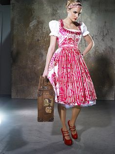 """Dirndl """"Lisbeth"""" mit handbedrucktem Rosenmuster, erhältlich im Sonja Fellner Online Shop um €498: http://www.sonjafellner.com/produkt/lisbeth/ #Dirndl #Tracht #Oktoberfest #Mieder"""