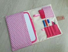 Je vous propose une ravissante pochette à ardoise très girly.   En tissu origami rose cette pochette ravira les petites filles. L'intérieur est en tissu coton beige.  Elle se fe - 18679561