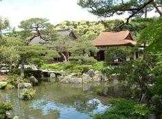Ogrody feng shui nie muszą posiadać małej architektury ogrodu, która oddaje specyficzną atmosferę chiń. Jest to odpowiedź na często zadawane pytania i mylne informacje podawane w różnych internetowych publikacjach. Ogród nowoczesny również może być ogrodem feng shui poprzez zestawienie kwiatów i roślin w miejscach przeznaczenia. Zasady feng shui dokładnie określają te miejsca i związek ich w zależności od kształtu i kolorystyki przyporządkowując je do danego żywiołu.