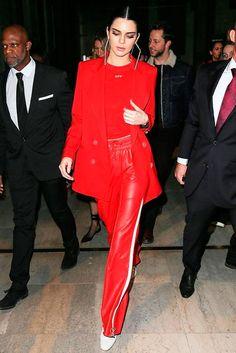 Kendall Jenner apostou no conjunto vermelho com blazer.