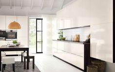Moderne kjøkken med brunsvarte skap, skapdører i hvit høyglans og mørke benkeplater