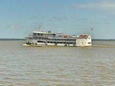 Navio de passageiros na Baía do Guajará em Belém do Pará, Brasil.
