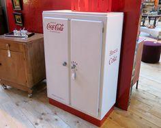 BUFFET BAS STYLE FIFTIES ATELIER Laque rouge et chaux blanche, style mado soda, customisé en Atelier.  Z&P, une boutique conviviale: 600m² d'exposition, dépôt-vente, brocante, atelier.