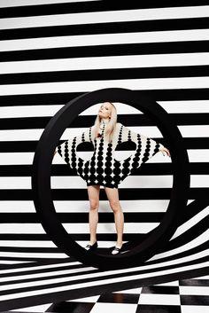 Op Art for Schon! Magazine by Julia Galdo Pop Art Fashion, White Fashion, Fashion Shoot, Editorial Fashion, Fashion Studio, 3d Foto, Foto Art, Moda Pop Art, Black Mode