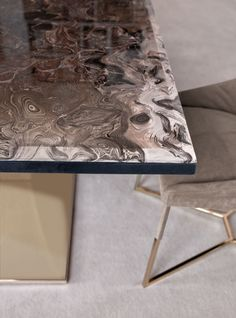 TAVOLO | TABLE » OMOTESANDO  STRUTTURA | STRUCTURE LEATHER » P.9 NABUCK 8016  BASE | BASE » BRIGHT LIGHT GOLD  PIANO | TOP » FRAPPUCCINO MAR...