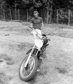 Steve McQueen appeared as an uncredited dirt bike rider after responding to an open audition for B movie Dixie Dynamite in Cincinnati Kids, Steve Mcqueen Style, The Great Escape, Bike Rider, Raining Men, The Man, Movie Stars, Cool Pictures, Guys