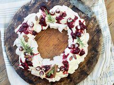 Pavlova i ring Pavlova, All Things Christmas, Baked Goods, Feta, Acai Bowl, Nom Nom, Food And Drink, Sweets, Cheese