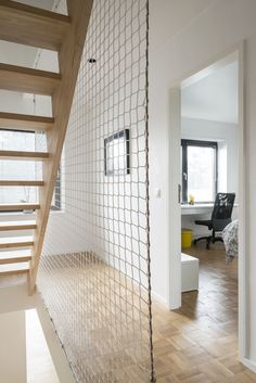 In beeld: transformatie van een donker huis uit de jaren vijftig tot minimalistische zwart-witwoning